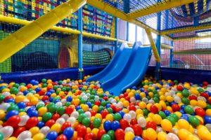 Bild Kind im Indoorspielplatz
